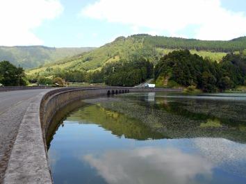 most pomiędzy niebieskim a zielonym jeziorem