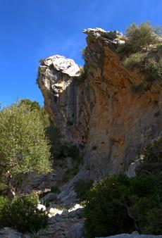ścieżka przytulona do skał