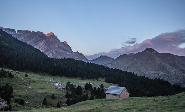 cabana Pireneje wschód słońca
