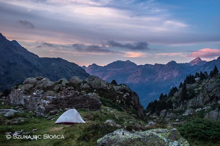 Pireneje szlaki biwak namiot trekking